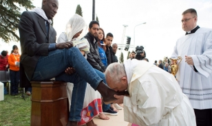 Paus Fransiskus membasuh kaki napi