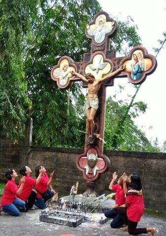 Para wanita di bawah kayu salib