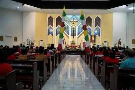 nuansa merah putih dalam gereja St. Yoseph