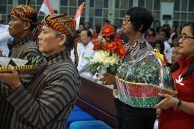 Umat dari berbagi suku dan profesi menyatukan hati haturkan persembahan