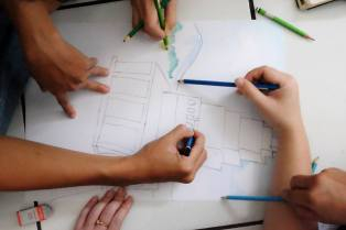 Gambar dirancang, dikerjakan dan diselesaikan bersama-sama (foto Herdyan)