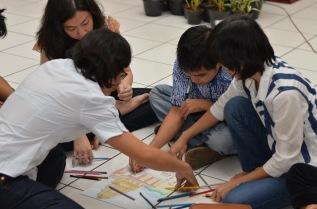 Kerjasama kelompok dalam menggambar dan mewarnai di acara Bible Sunday (03/09/2017/by Hendry)