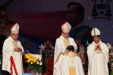 Penumpangan tangan oleh Dubes Vatikan
