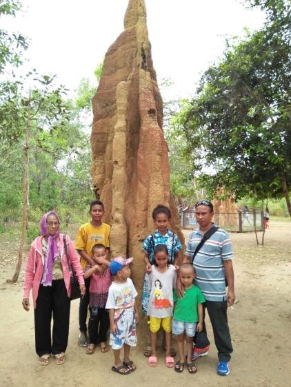 Klg Bu Davota di depan rumah semut setinggi 5 m di Merauke Papua