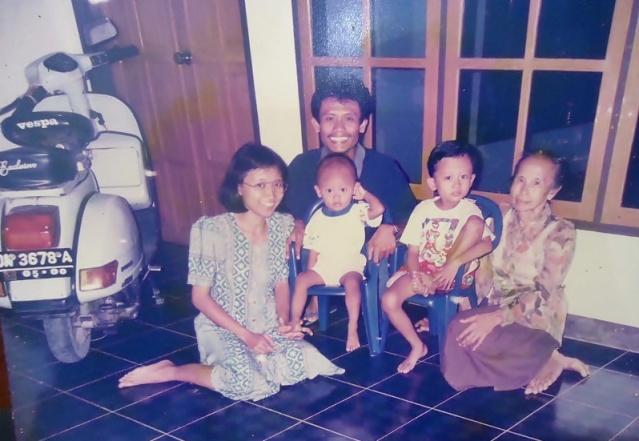 Keluarga Pak Nunung saat di Sulawesi Palu.JPG