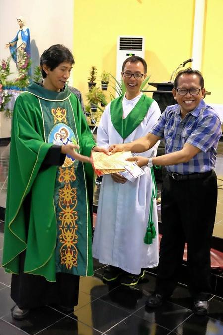 Hadiah diberikan kepada pemenang lomba menulis (01102017/by herdyan)