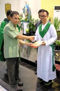Pak Sutri menyerahkan hadiah kepada pemenang lomba menulis (01102017/by herdyan)