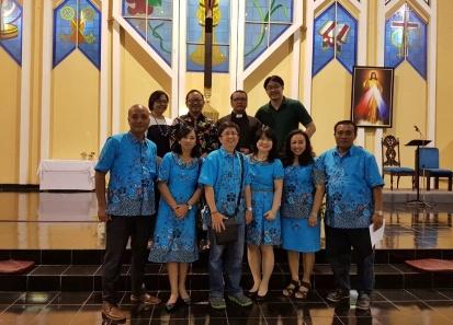 Sebagian anggota timker Kerasulan Keluarga foto bersama rm Toro, Rm Erwin dan Pasutri Agung-Virene