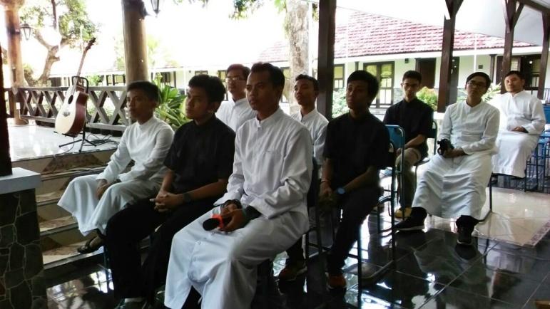 Para Frater TORSA dalam dialog bersama Ibu-ibu St. Monika