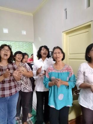 Ibu-ibu St Monika menyanyi dengan semangat