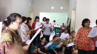 Ibu-Ibu menyanyikan Hymne St Monika