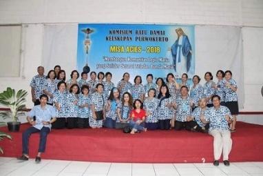 Foto bersama panitia dan Dewan Komisium Ratu Damai Keuskupan Purwokerto