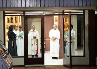 Mgr Tri di kamar wisma keuskupan