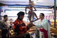 Mgr Tri menyerahkan wayang kepada Ki Dalang