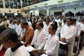 para romo biarawan-wati dan umat dalam ibadat agung