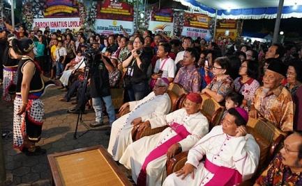 Para Uskup dan umat siap menyaksikan wayang kulit