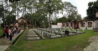 Berdoa bersama di kompleks makam Yesuit di Girisonta