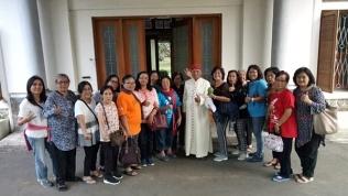 Foto bersama Mgr di depan Novisiat SJ Girisonta