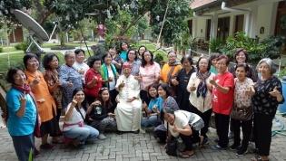 Foto bersama Mgr Narka di taman Wisma Emaus Girisonta