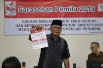 Bpk Agung Basuki tunjukkan surat suara Pilpres