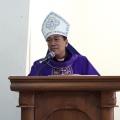 Mgr Tri Harsono menyampaikan homili dalam misa di stasi Sokaraja-1