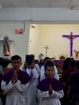 Perarakan Mgr Tri dan petugas liturgi di akhir misa