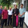 Umat Sokaraja bersama Mgr Tri sebelum misa minggu 240319