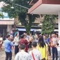 Umat Stasi Sokaraja beramah tamah dengan Mgr Tri di halaman gereja Stasi Sokaraja