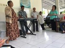 Oma di Panti Wredha Catur Nugroho bernyanyi
