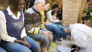 Paus Fransiskus mencuci dan mencium kaki para tahanan migran di Roma Italia