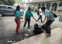 Anak2 PPA bersihkan halaman kelurahan