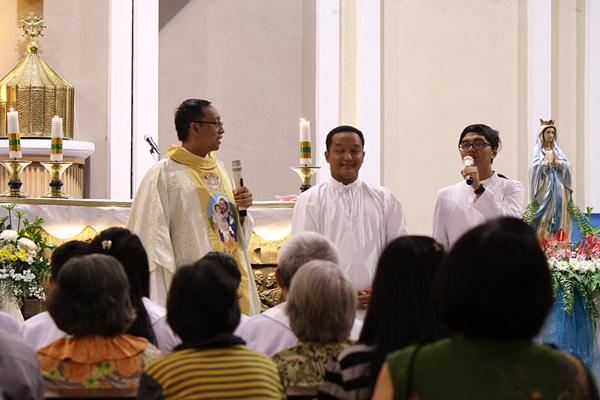 Dialog romo Galih dan 2 frater dalam misa minggu panggilan di Paroki Sanyos