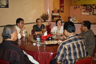 Pak Yan makan bersama Pak Frans Budi dan para romo setelah Public Speaking