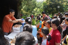 RD Dimas Martin berbagi berkat air mineral