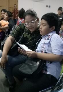 Anak membacakan surat cinta kepada ortu-2