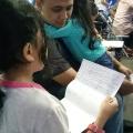 Anak membacakan surat cinta kepada ortu