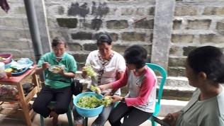 Ibu-ibu siapkan masakan nusantara