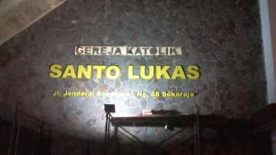 Pemasangan nama gereja Stasi St Lukas-2