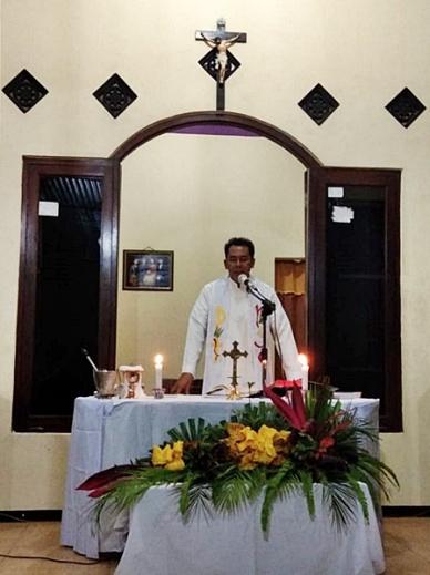 Rm Valentinus Sumanto memimpin misa