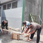 Memotong kayu untuk gapura