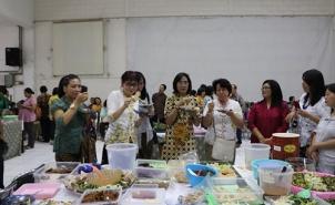 menikmati hidangan tradisionil dari umat per wilayah