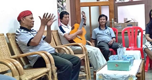 Mgr Sunarko bernyanyi
