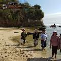 Rekreasi di pantai Indrayanti