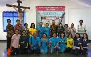 Sebagian peserta foto bersama Panitia dan Rm Erwin
