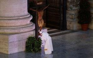 Paus cium Salib Ajaib