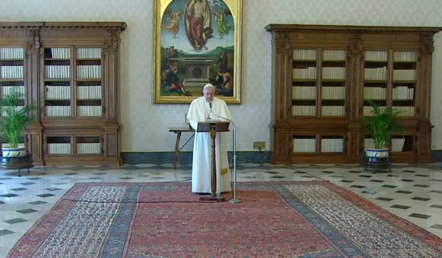 Paus Fransiskus doa angelus di perpustakaan vatikan 2202020