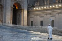Paus Fransiskus jalan ke altar adorasi 27032020